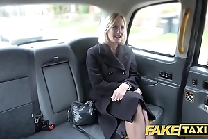 Personify hansom cab matured milf acquires her fat pink flaps stretched out in the open