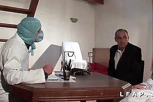 Polar vieille mariee se fait defoncee le cul chez le gyneco en triune avec le mari