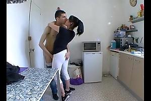 Mummy femme stun a baiser dans sa cuisine !